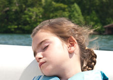 外面睡着的女孩 免版税库存图片
