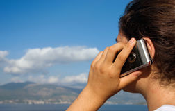 外面移动电话女孩 免版税库存照片