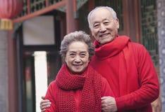 外面资深夫妇画象由一个繁体中文大厦 库存照片