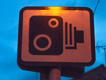 外面速度照相机警报信号在晚上 免版税库存图片