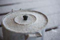 外面铝厨房罐与上面雪花,乡村模式的烹调照片,准备食物房子外 库存图片