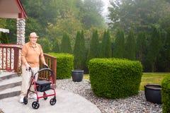 外面高级男性wiith步行者 免版税库存照片