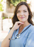 外面年轻妇女医生或护士画象 免版税库存图片