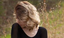 外面年轻白肤金发的妇女 免版税库存图片
