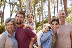 多一代家庭画象在步行的在乡下 库存图片