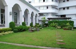 多与一个美好的风景的楼层四星现代旅馆D Varee Jomtien海滩在芭达亚设计了庭院和一条长凳 库存图片