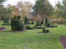多个修剪的花园小雕象 库存图片