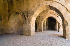多个曲拱和专栏在商队投宿的旅舍在丝绸之路,土耳其 图库摄影