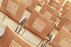 多个椅子在会议室 免版税库存照片
