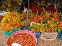 多个热带水果在地方泰国市场上 免版税库存图片