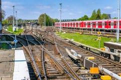 多个铁路轨道开关和信号在一个晴朗的春日 免版税库存图片