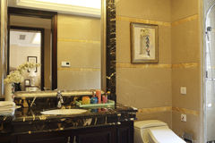 多个镜子在卫生间里 免版税库存照片