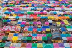 多个颜色屋顶鸟瞰图对跳蚤市场的周末 库存照片