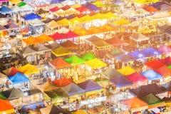 多个颜色市场顶视图夜视图 免版税库存图片