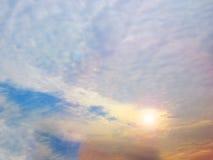 多个颜色日落天空scaterred阳光 免版税库存照片