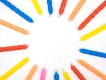 多个颜色生日对光检查在白色ba的地方圆的形式 免版税库存图片