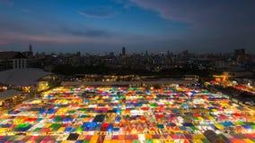 多个颜色跳蚤市场顶视图在晚上 库存图片
