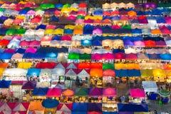 多个颜色跳蚤市场鸟瞰图点燃 库存图片