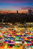 多个颜色鸟瞰图周末市场 免版税图库摄影