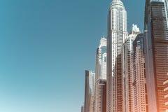 多个moderns摩天大楼在晴天 库存照片