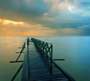 多云和五颜六色的日落 免版税图库摄影
