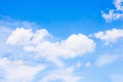 多云和蓝天背景 库存照片