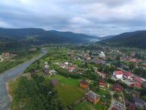 多云喀尔巴阡山脉的空中照片 免版税图库摄影