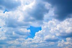 多云在天空背景中 免版税库存照片