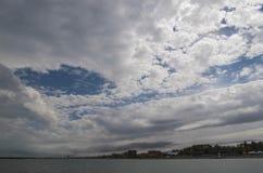 多云在海运天空 库存照片