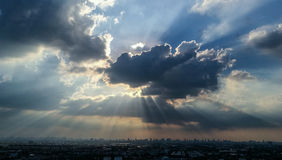 多云在蓝天在日落前在曼谷 免版税库存图片