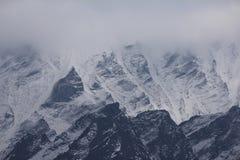 多云天在喜马拉雅山 图库摄影