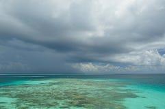 多云天空与浅兰的海运 免版税图库摄影