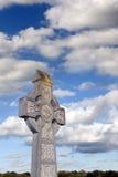 多云天空凯尔特十字架 库存图片
