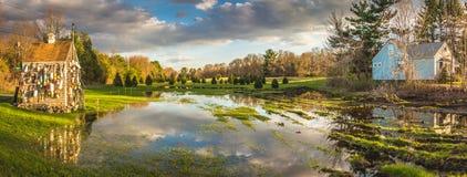 多云天空反射在哈德利附近镇的池塘  库存照片
