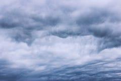 多云天空和乌云在雨前 库存图片