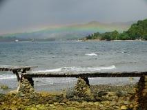 多云天空和彩虹在热带海岛 免版税库存图片