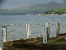 多云天空和彩虹在热带海岛 免版税库存照片