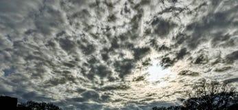 多云天空在一个冬日 免版税库存照片