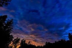 多云天空在晚上 免版税库存照片