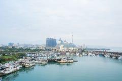 多云天空的城市港口 库存图片