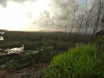 多云天空的美丽的景色从小山的 图库摄影