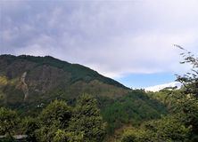 多云天空美丽的景色横跨山的 免版税库存照片