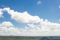 多云天空背景在一座美丽的山的 免版税图库摄影