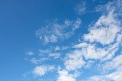 多云天空背景视图 库存照片