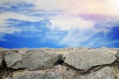 多云天空葡萄酒被称呼的和石墙背景 免版税库存图片