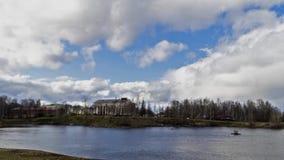 多云天空Timelapse在城市河公园 股票视频