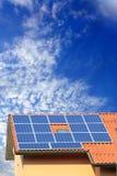 多云太阳面板光致电压的天空 库存图片