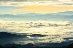 多云山惊人的早晨日出前面  库存图片