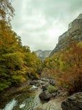 多云峡谷在秋天 免版税图库摄影