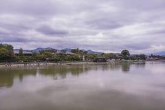 多云日本天空的反射在河 免版税图库摄影